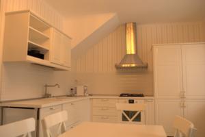 Сборка шкафа и полки на кухне