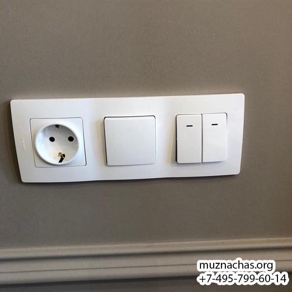 установленная розетка и выключатель