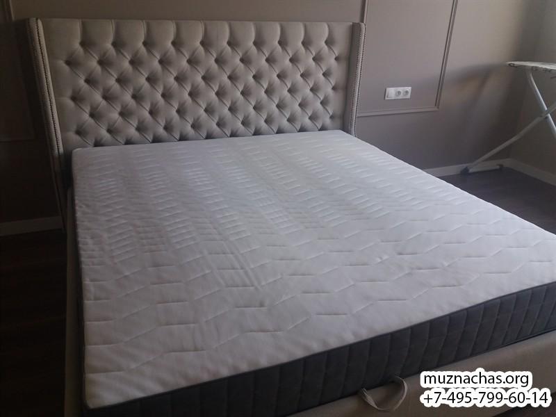 установленная двухспальная кровать
