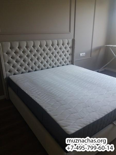 установленная кровать