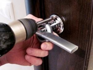 монтаж дверных ручек