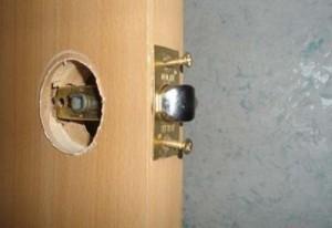 Установка дверных ручек в Москве