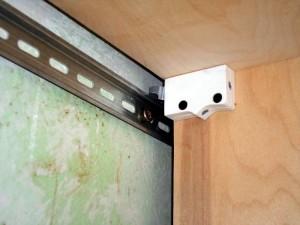 Повесить навесной шкаф